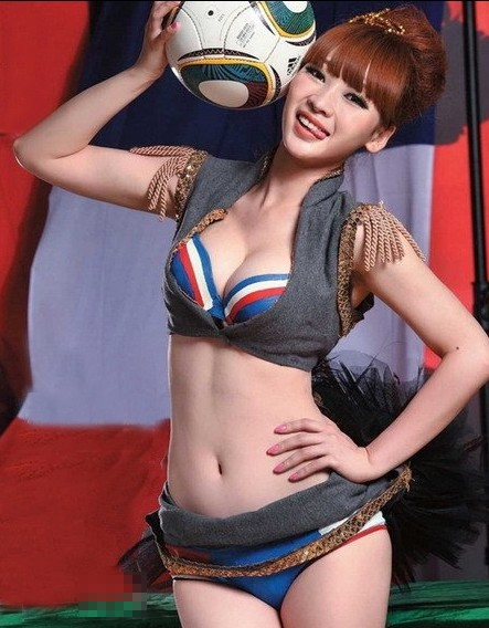 Liu Yan poses for Euro 2012 with several other spokespeoples
