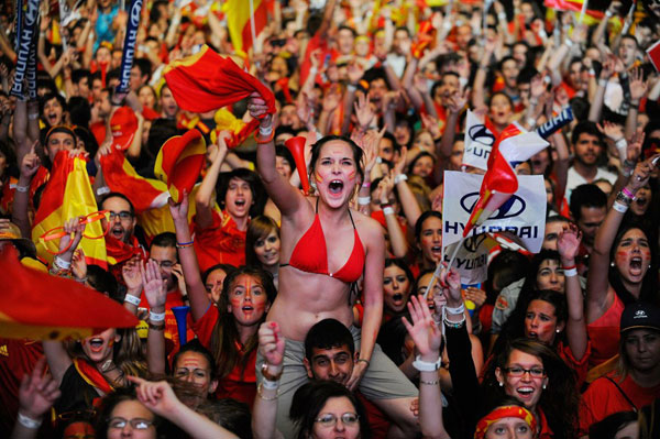Spanish fans celebrate Euro Cup win