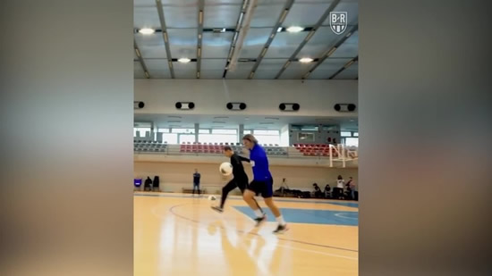 Steve Nash and Griezmann's keepy-uppy race on a basketball court