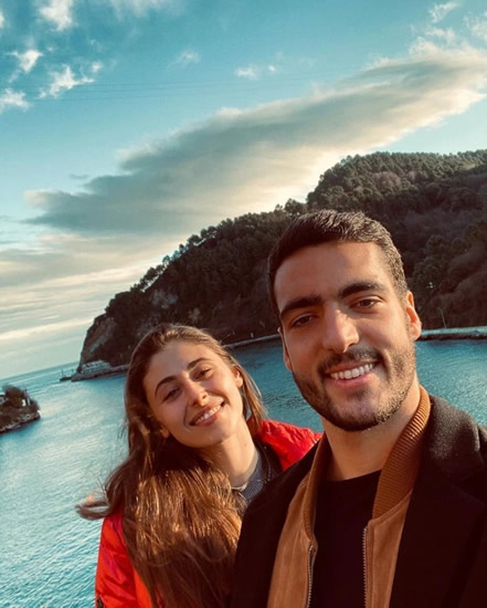 Ex-Newcastle star Mikel Merino lifts stunning girlfriend Lola for weight training during self isolation